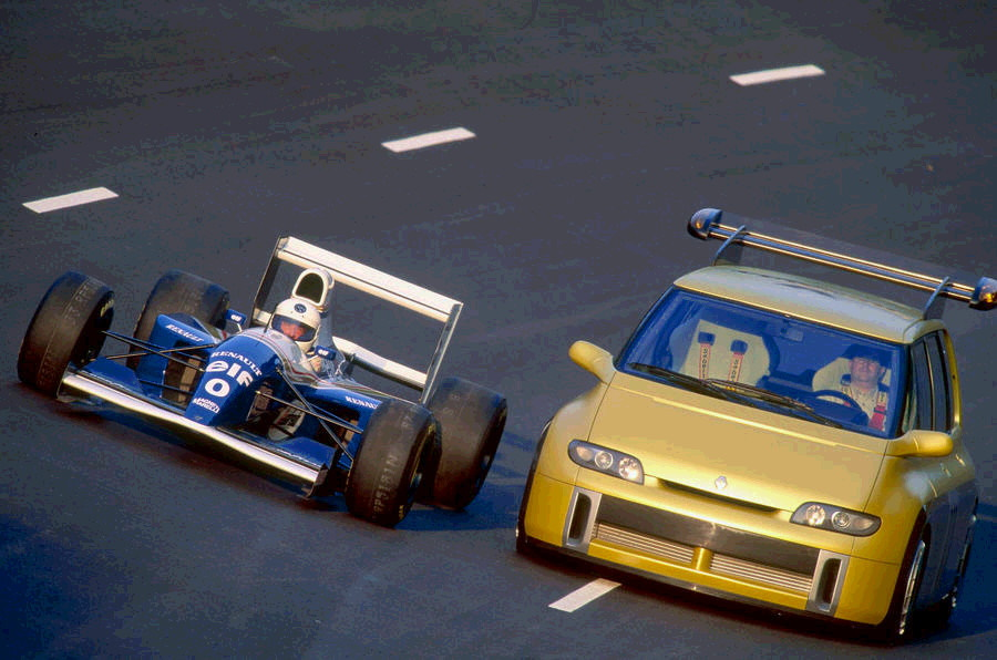 Renault Espace F1 nella foto con la WIllians da F1 pari periodo, avevano lo stesso motore.