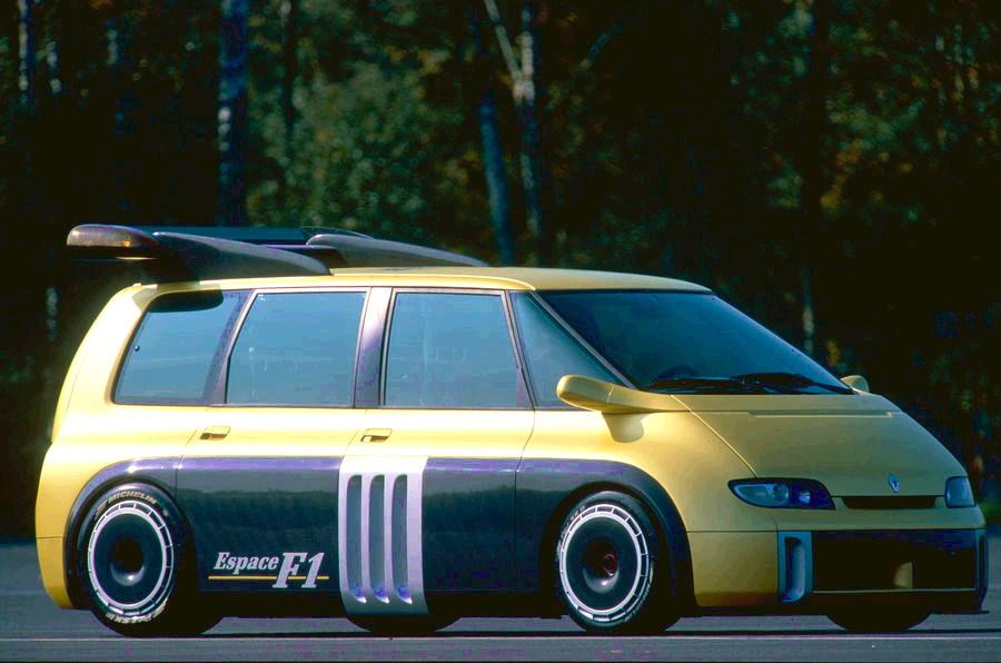 Renault Espace F1 nei due colori l'oro e il nero, con appendici aerodinamiche e il grande spoiler sul tetto.