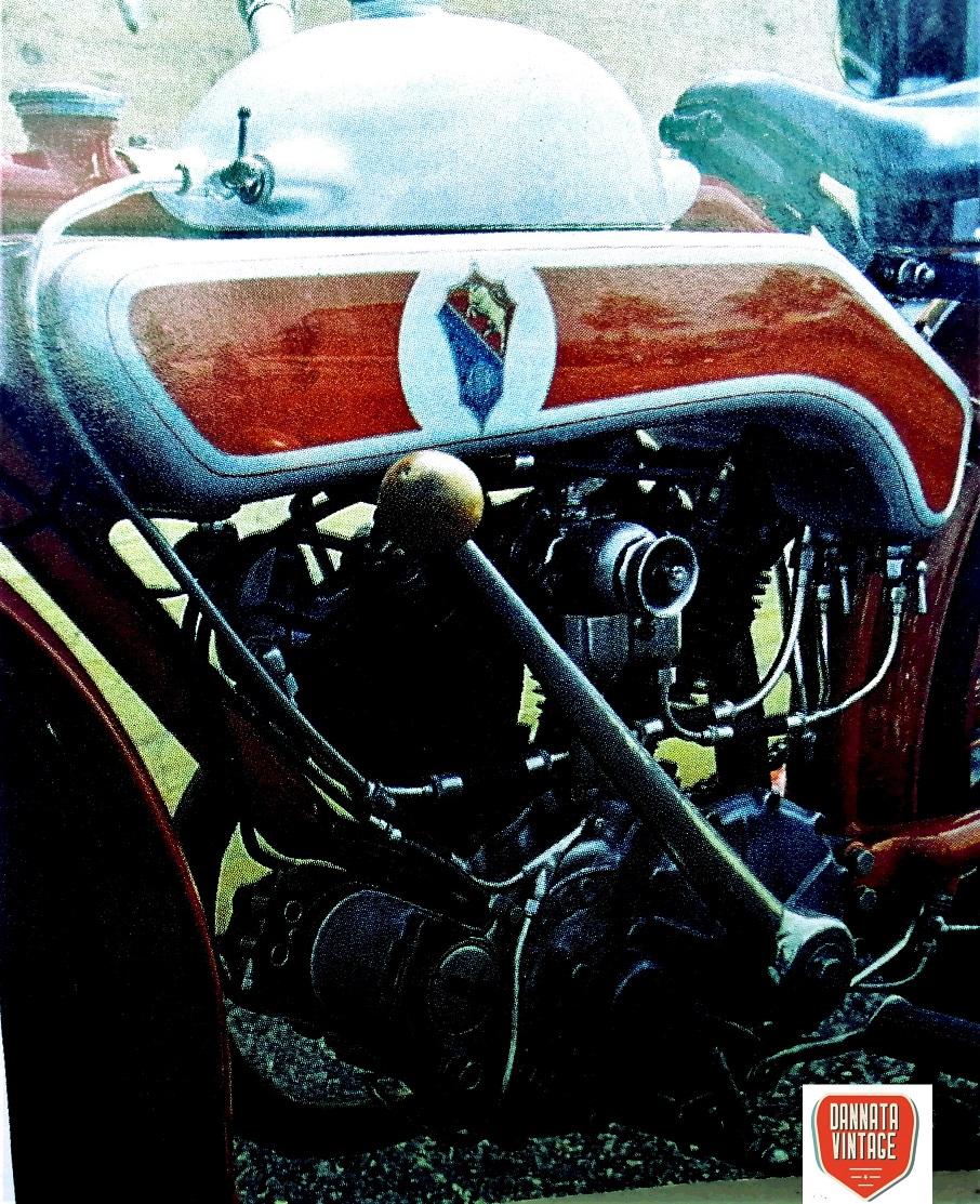 Motoborgo 500 bicilindrica Il particolare della leva del cambio, che era a due sole velocità