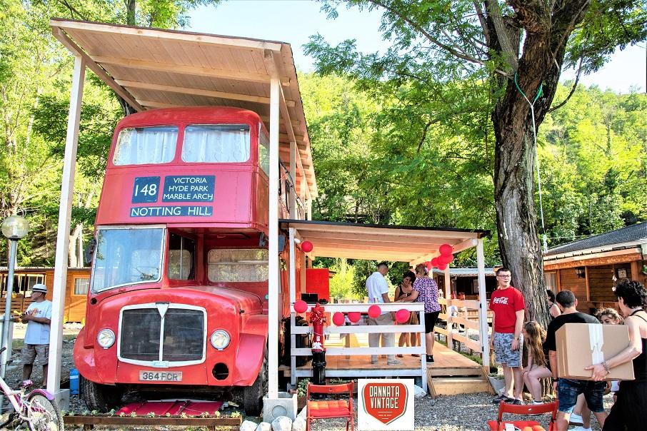 Il London Bus di Bob, un momento di festa con gli amici al camping.