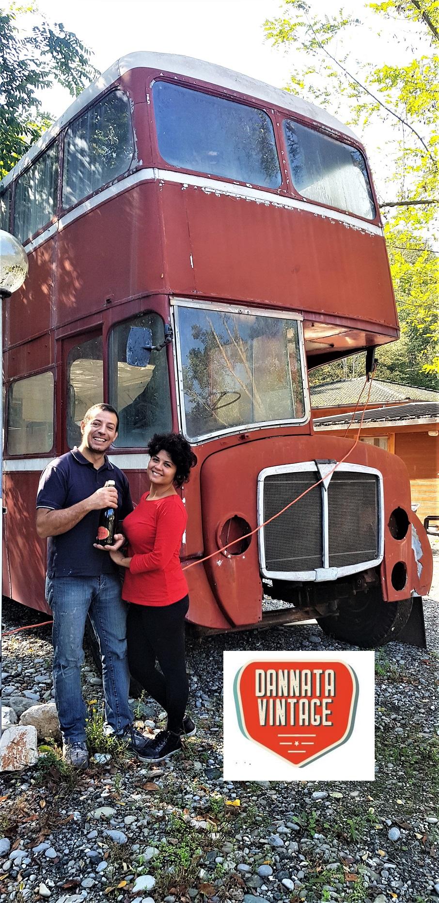 Il London Bus di Bob, i futuri sposi davanti al bus inglese.