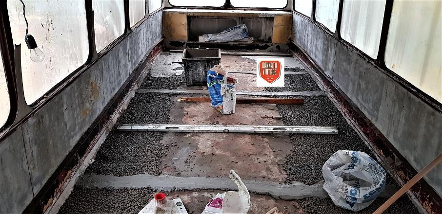 """Il London Bus di Bob, il piano superiore e l'inizio lavori per """"pareggiarlo""""."""