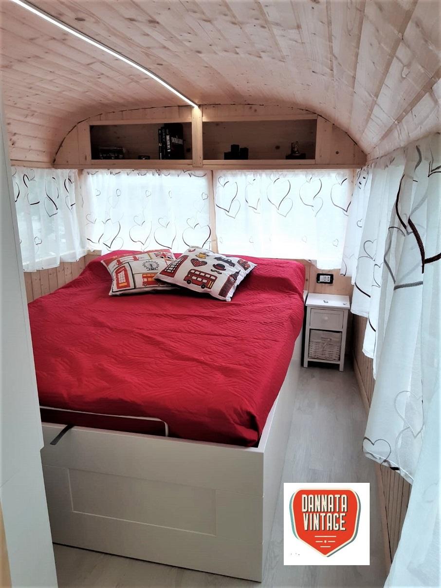 Il London Bus di Bob e la camera matrimoniale che visti gli spazi sembra comunque confortevole.