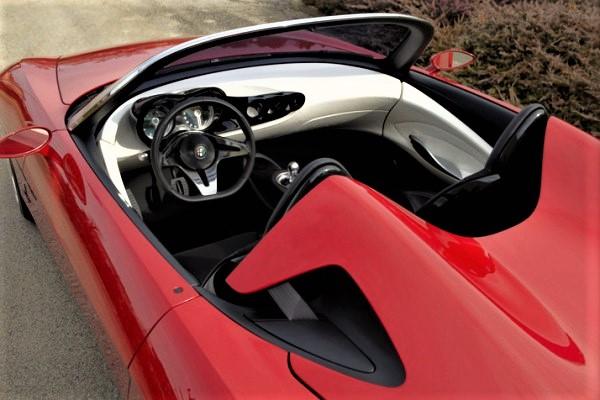 Alfa Romeo 2uettottanta, una due posti ed il suo raffinato cruscotto.