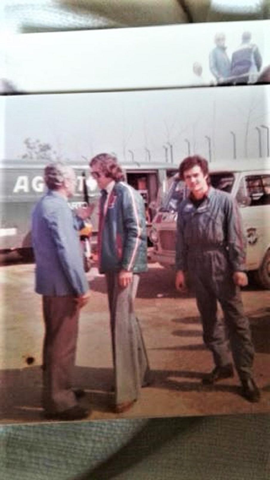 Lucio Fracassi a 19 anni in una foto con Phil Read e Arturo Magni.