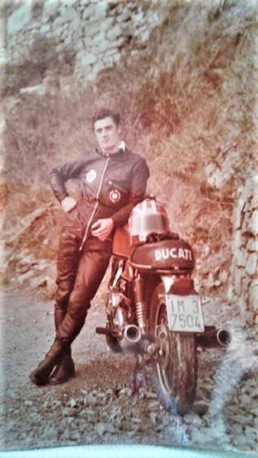 Lucio Fracassi in una foto con la Sua Ducati, una delle tante moto possedute.
