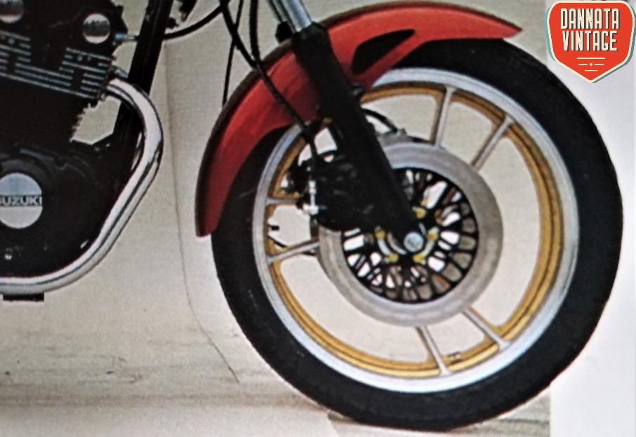 Suzuki GS 450 S e un particolare del bellissimo cerchio in lega bicolore.