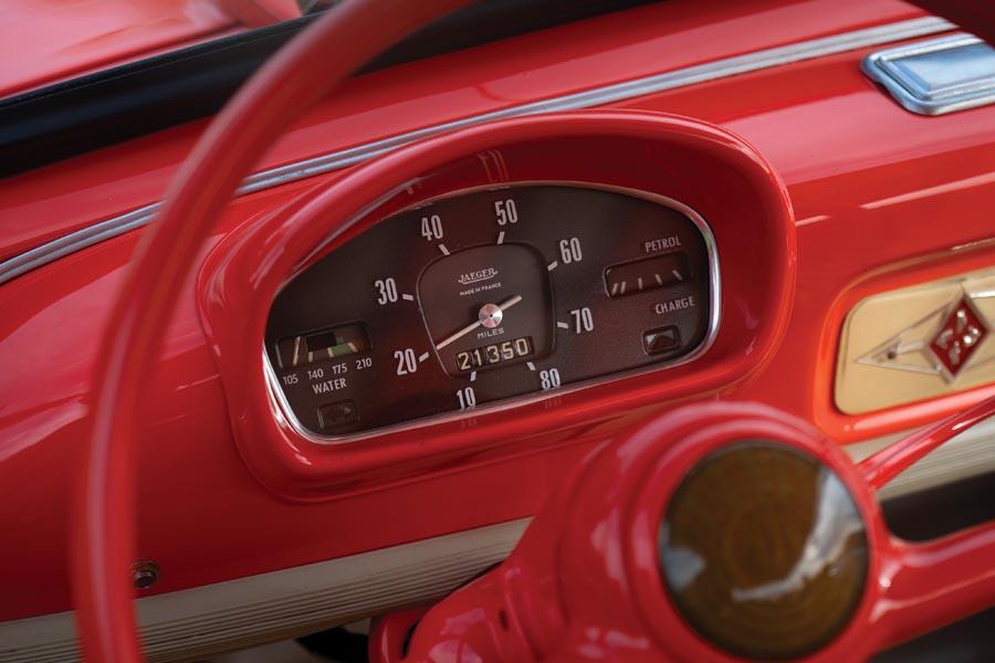 Renault 4cv Resort Montava la stessa ed essenziale strumentazione della vettura dalla quale derivava.