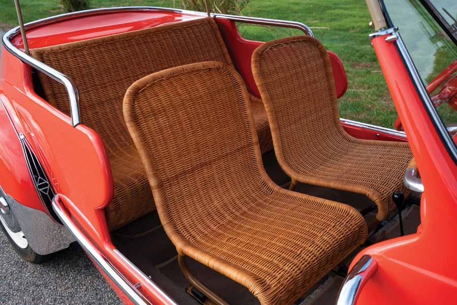 Renault 4cv Resort I sedili in vimini sia davanti che dietro, tipici delle vere spiaggine dell'epoca.
