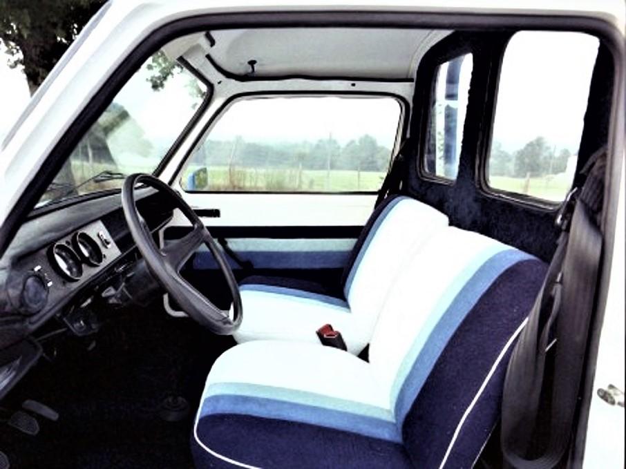 Talbot Wind, gli interni si spartani della vettura di base ma resi meno anonimi dalla stessa colorazione presente sull'esterno.