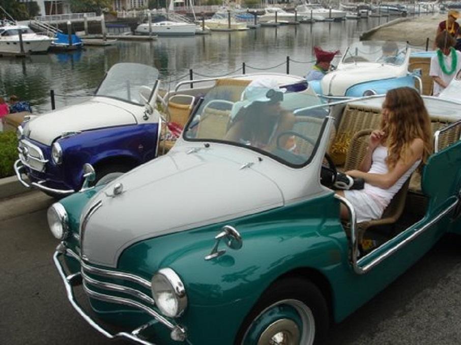 """Renault 4cv Resort L'esemplare venduto tramite un'asta negli USA fotografata vicino ad un'altra spiaggina """"nostrana""""."""