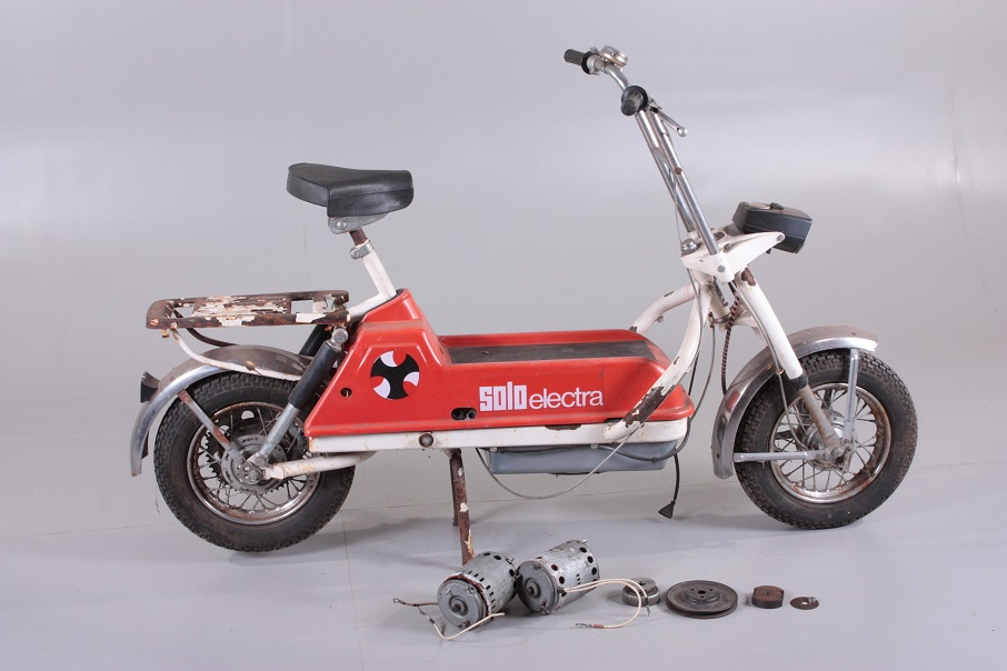 """Solo Electra scooter Un esemplare """"sopravvissuto"""" con il motore smontato."""