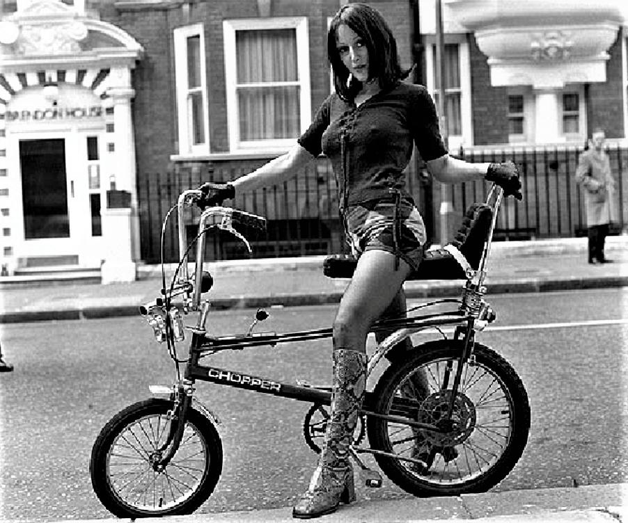 Le biciclette della mia gioventù, ecco ;) diciamo che la cara signorina non avesse esattamente questa, però ...... ;) ;) .