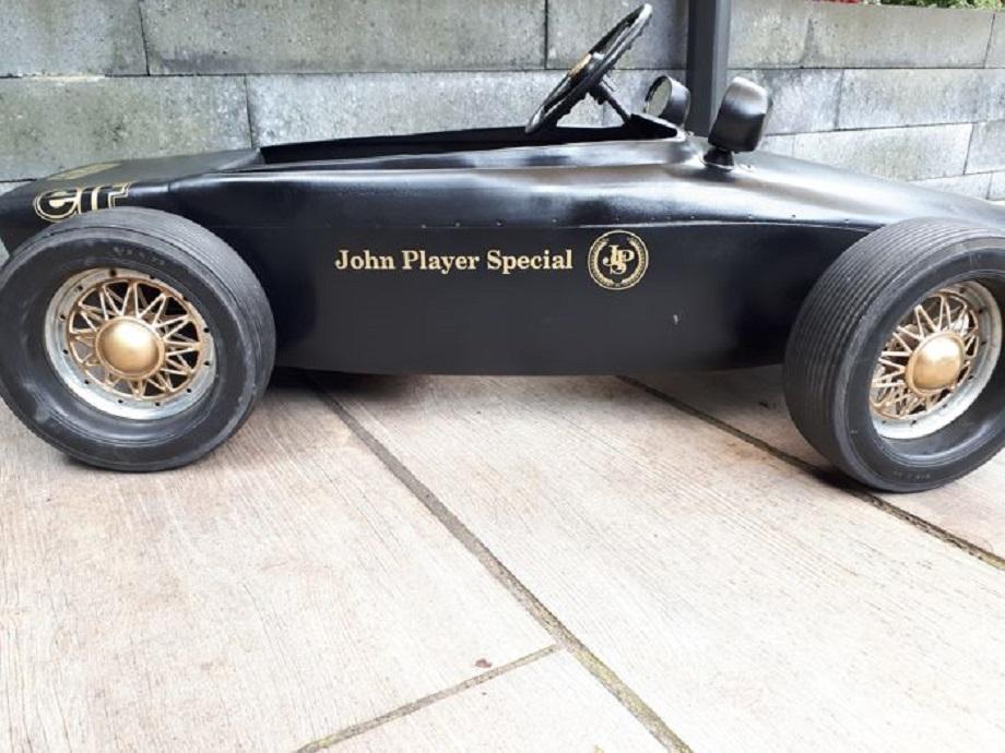 John Player Specials, Auto a pedali trovata in rete e in vendita.