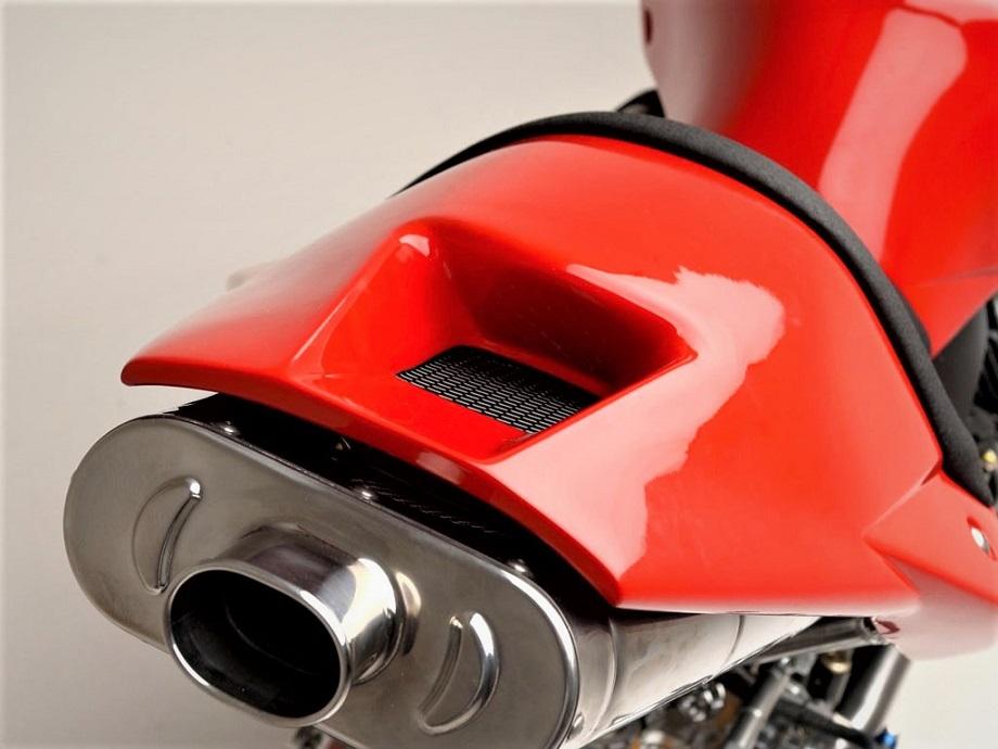 Moto Guzzi MGS 01 2002 con una delle sue parti che più colpiscono, almeno a me ;) .