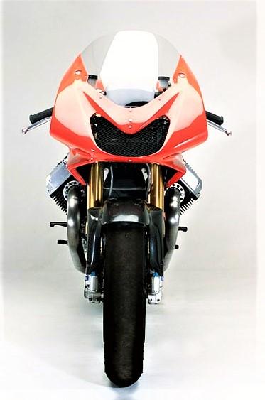 Moto Guzzi MGS 01 2002 Essendo una moto esclusivamente da usarsi in pista non ha il fanale anteriore.