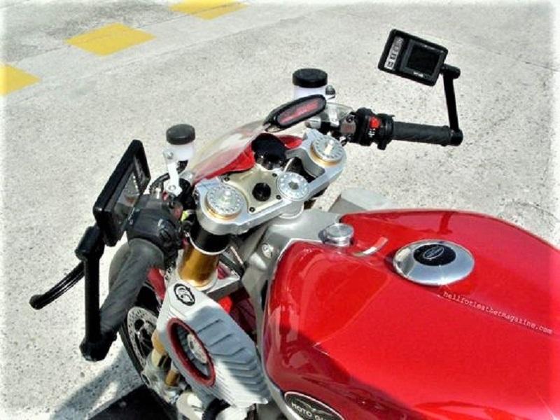 Moto Guzzi V12 Le Mans con specchietti che fungono anche da cruscotto.