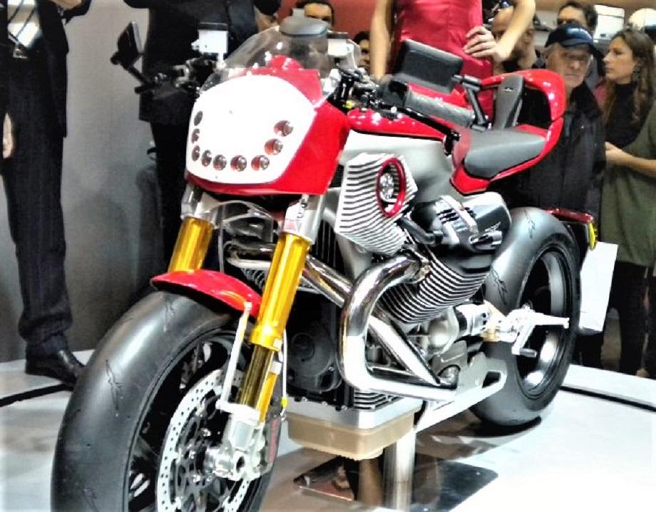 Moto Guzzi V12 Le Mans con una fanaleria a led inglobata nel cupolino anteriore che è regolabile in altezza.