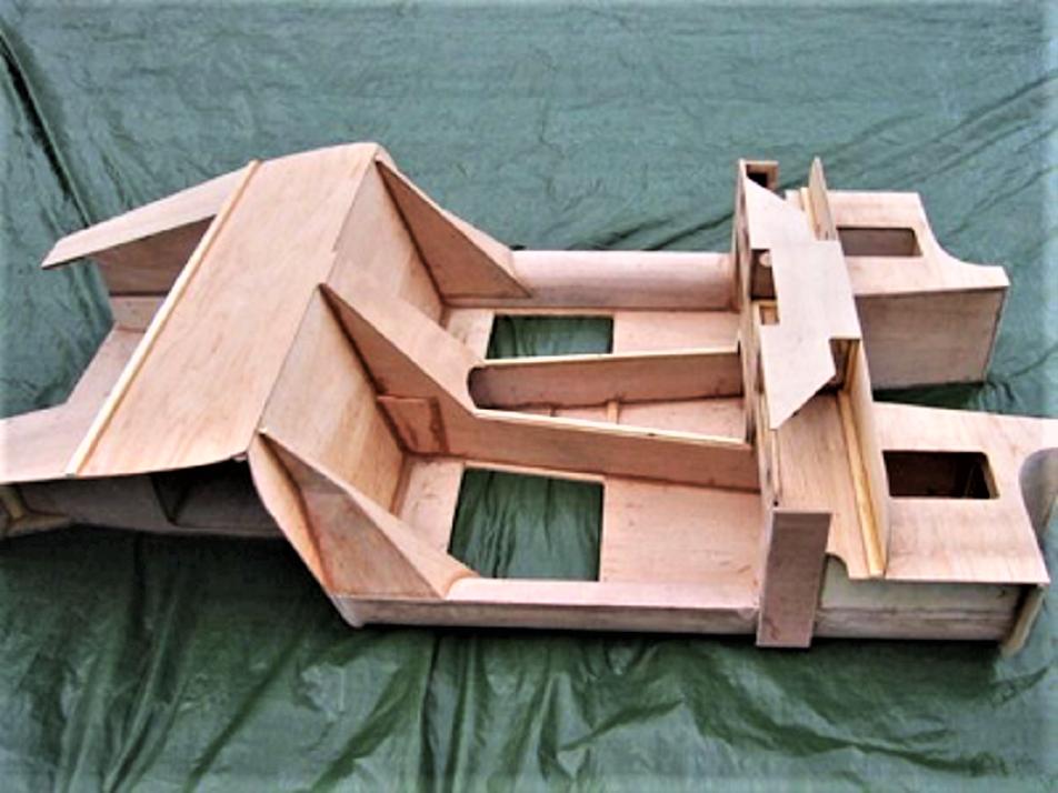 Marcos piccole case inglesi, il telaio in compensato marino, capace di sopportare molto bene vibrazioni e torsioni.