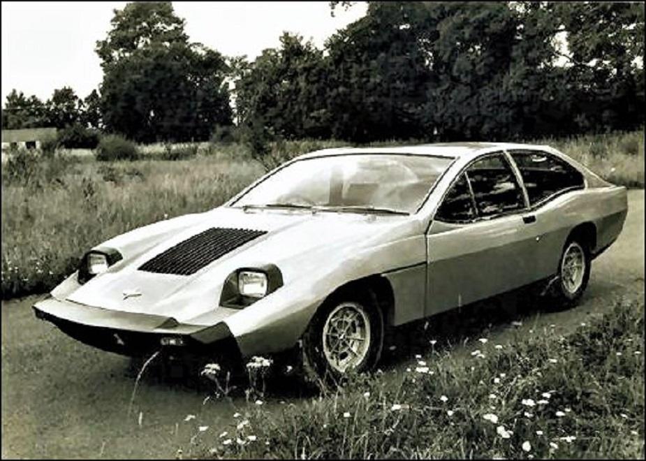 Marcos piccole case inglesi La Mantis 2+2 (1970) la prima auto esclusivamente da strada, inizialmente con lo stesso propulsore della Triumph TR6.