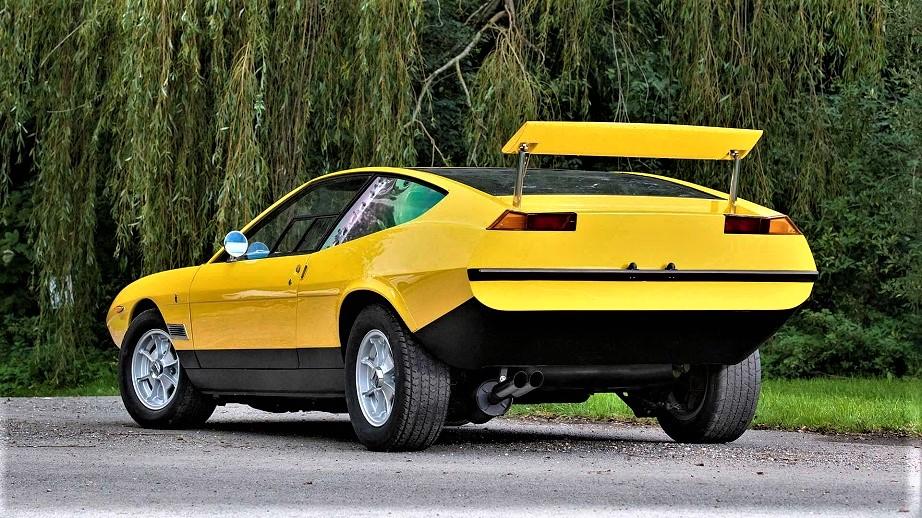 Lancia Fulvia HF Competizione La parte posteriore con lo spoiler completamente alzato.