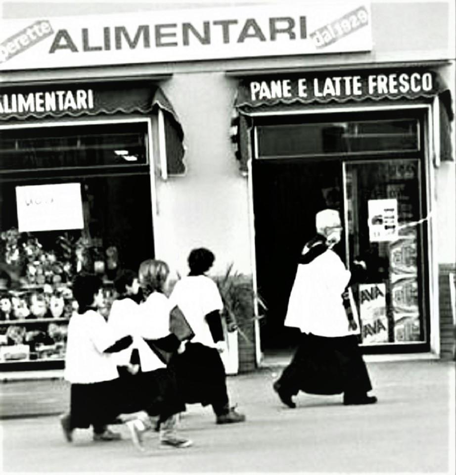 Le botteghe vintage Quando passava il parroco con i chierichetti.