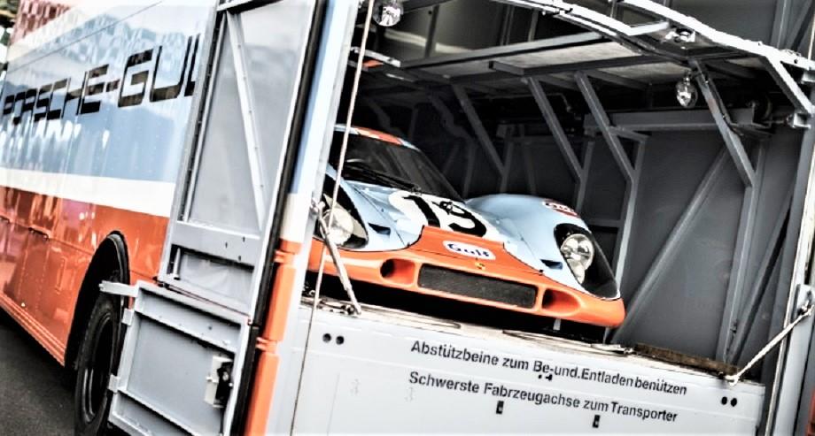 Mercedes 0317 Van Gulf Transporter In questa prima immagine sia il van che la Porsche ivi contenuta sono stati completamenti restaurati, oggi fanno parte di una importante collezione.