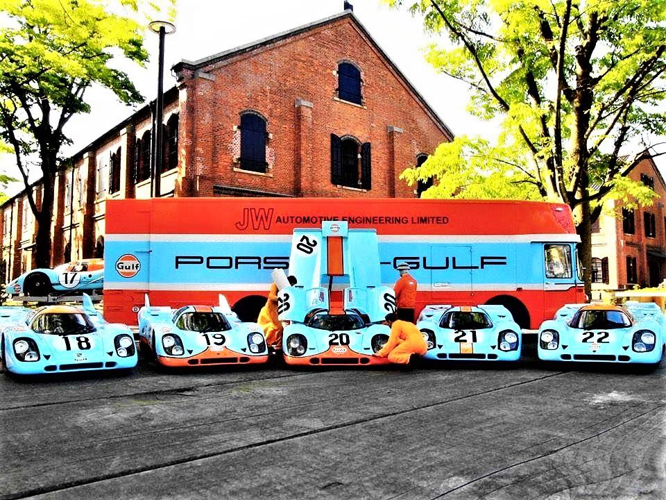 Mercedes 0317 Van Gulf Transporter Foto presente sul sito della ROFGO, con tutte le auto e sullo sfondo il transporter car.