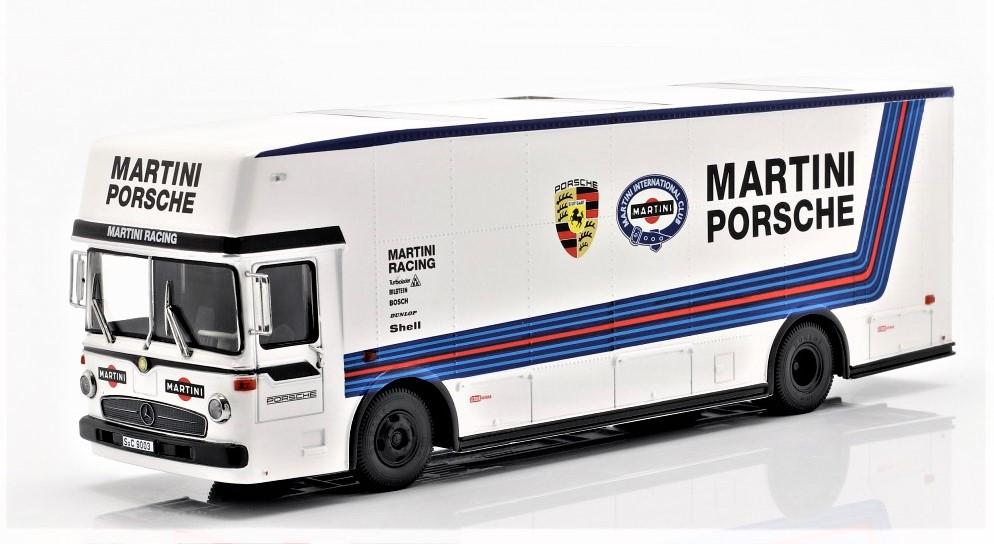 Mercedes 0317 Van Gulf Transporter In una riproduzione in scala della versione con la colorazione Martini Racing Porsche.