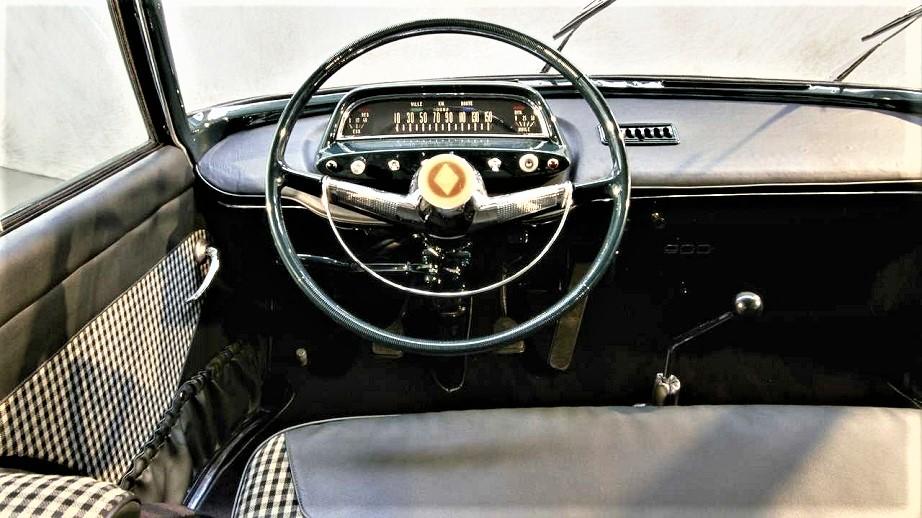 """Renault 900 concept Non mi dispiacciono gli interni, almeno per i tessuti dei sedili e della portiera, il cruscotto forse troppo """"essenziale"""", ma questo c'era nel periodo."""