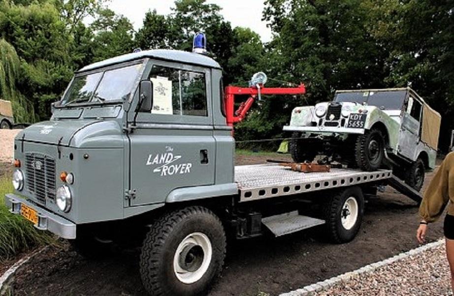 """Land Rover Forward Control Carro attrezzi Lando Rover che solleva una """"sorellina""""."""