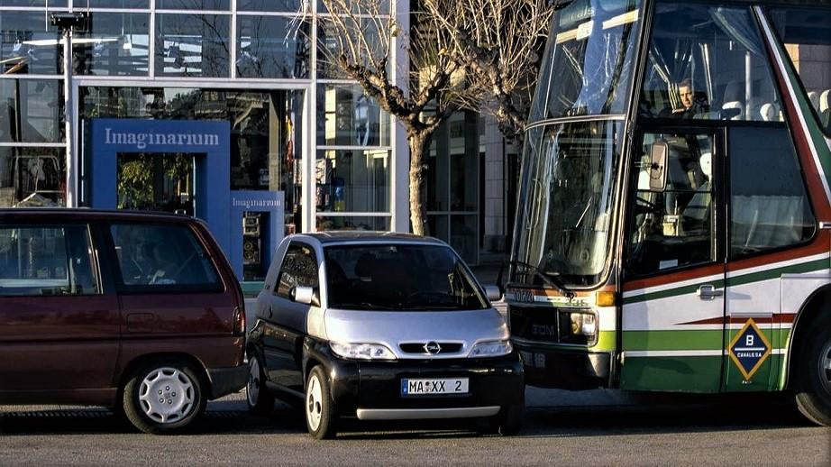 Opel MAXX Foto fatta per farne capire gli eventuali ingombri nel traffico quotidiano.