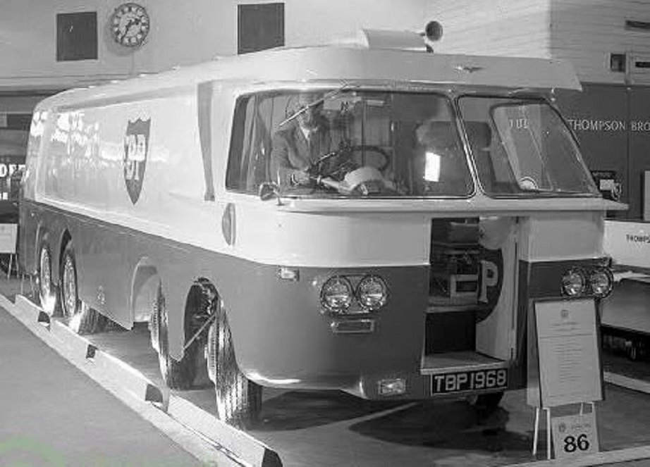 BP Thompson Autotanker Si entrava da questa porta sul davanti, non comodissima forse, in caso di urto frontale anche lieve chi avrebbero chiamato il vetraio ;) ;) ???????