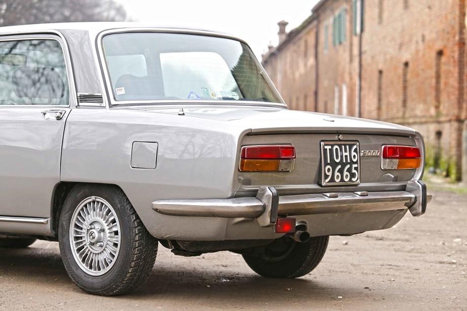 Cerchi in lega vintage I millerighe montati su una Alfa Romeo 2000, non erano di serie ma io fatico a ricordarmene una senza quei cerchi in lega.