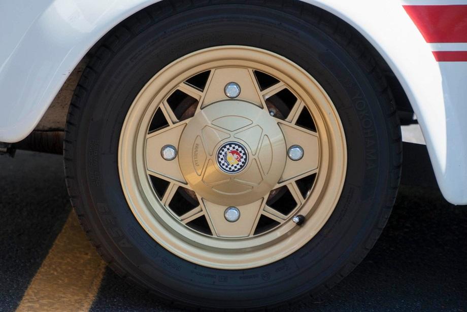 """Cerchi in lega vintage Dei cerchi in lega """"dorati"""" da 12 montati su una Fiat 500 Abarth."""