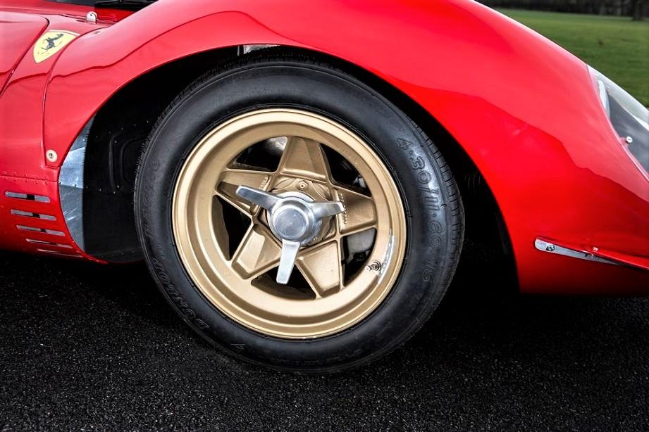 Cerchi in lega vintage Ferrari 330 P4 con dei cerchi che oltre ad essere molto belli hanno un sistema per il fissaggio, un monodado, non visto così spesso.