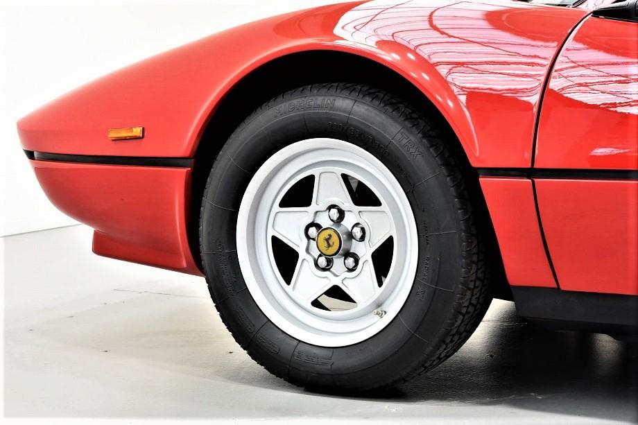 Cerchi in lega vintage Una Ferrari 308 con i suoi cerchi in lega.