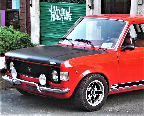 Cerchi in lega vintage Fiat 128 Rally, ne abbiamo visti di diversi, questi credo le stiano molto bene.