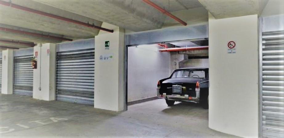 "Garage vintage Garage nuovissimo ed auto """"""vecchia""""""."