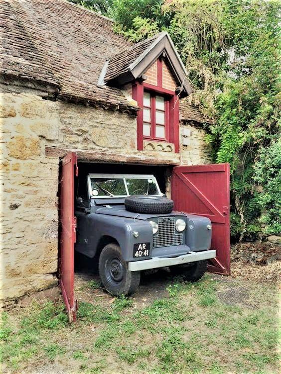Garage vintage Ecco un bel cottage con un'auto inglese, cosa mia potrei sognare di meglio.