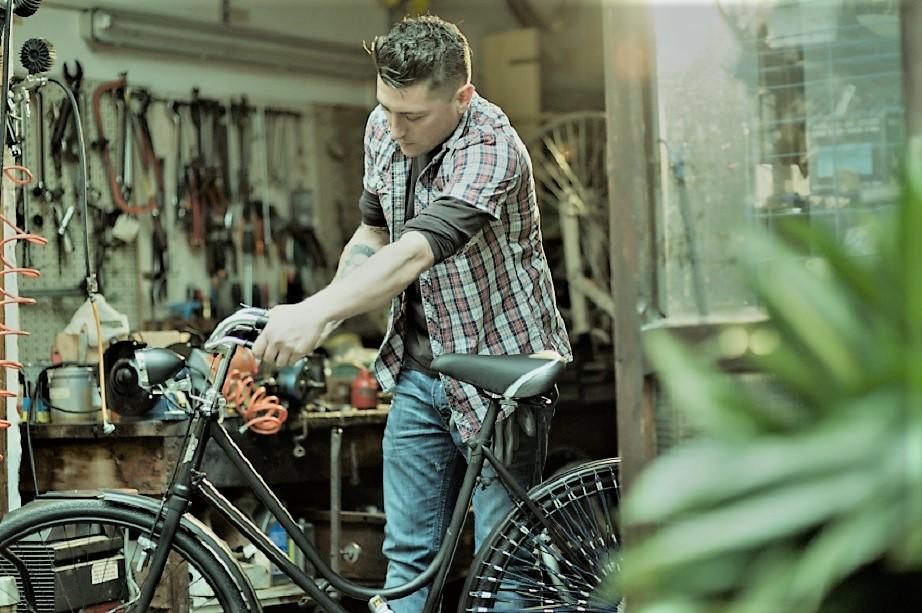 Garage vintage Non solo auto o moto, anche gli appassionati di biciclette e fra questi di quelle da corsa.