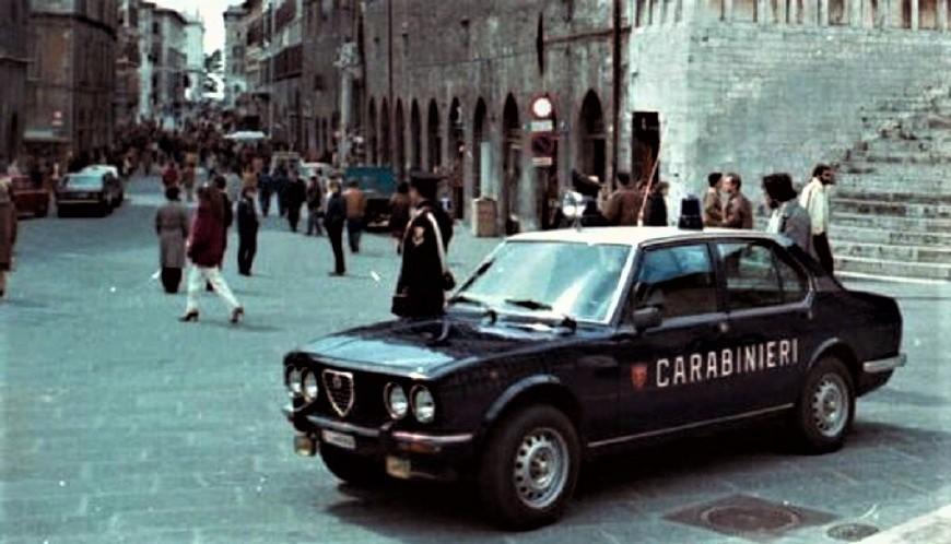 Posti di blocco vintage Controllo in un piazza Italiana qualche decennio fa.