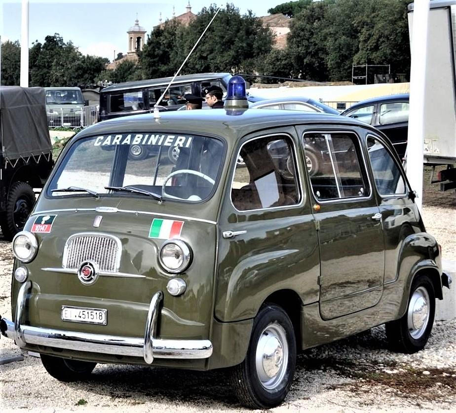 Posti di blocco vintage Splendida questa Fiat 600 Multipla ed in colore che in molti penso non ricordino così bene.