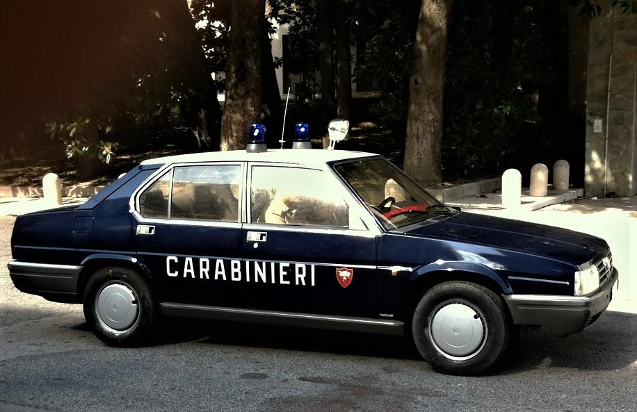 Posti di blocco vintage Alfa Romeo una Alfa 90, un modello di vettura che non ricordavo fra quelle in dotazione ai CC.