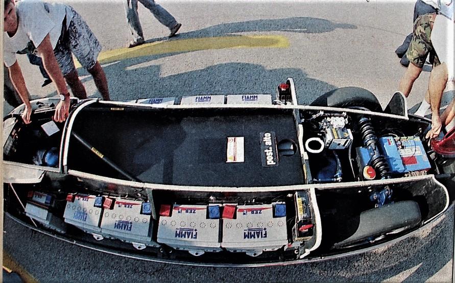 Bertone ZER In una vista dall'alto l'alloggiamento delle batterie espressamente realizzate dalla FIAMM.
