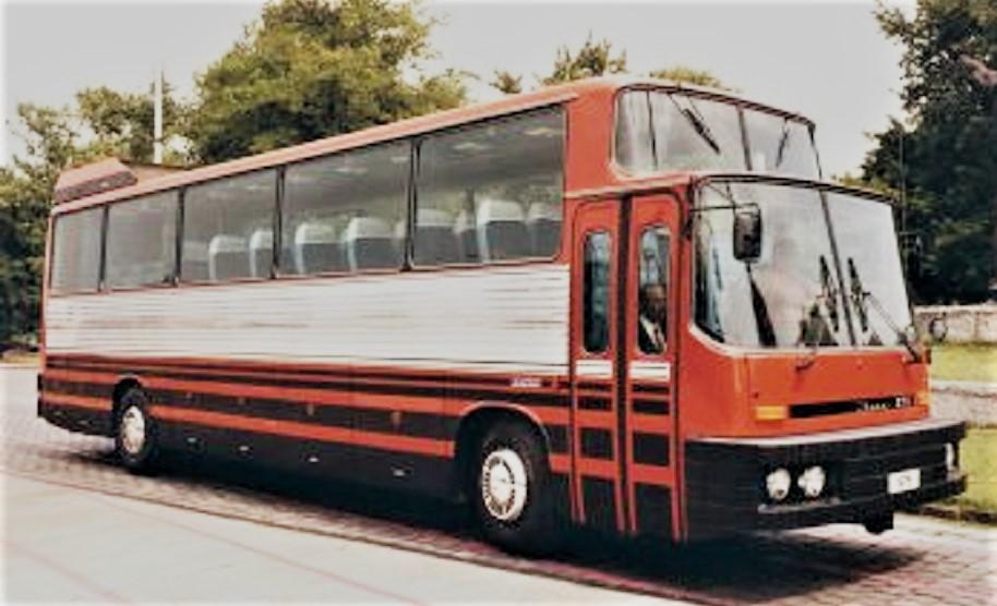 Ikarus 270 Si noteranno le altezze diverse fra il posto guida e lo spazio in cui sono alloggiati i sedili.