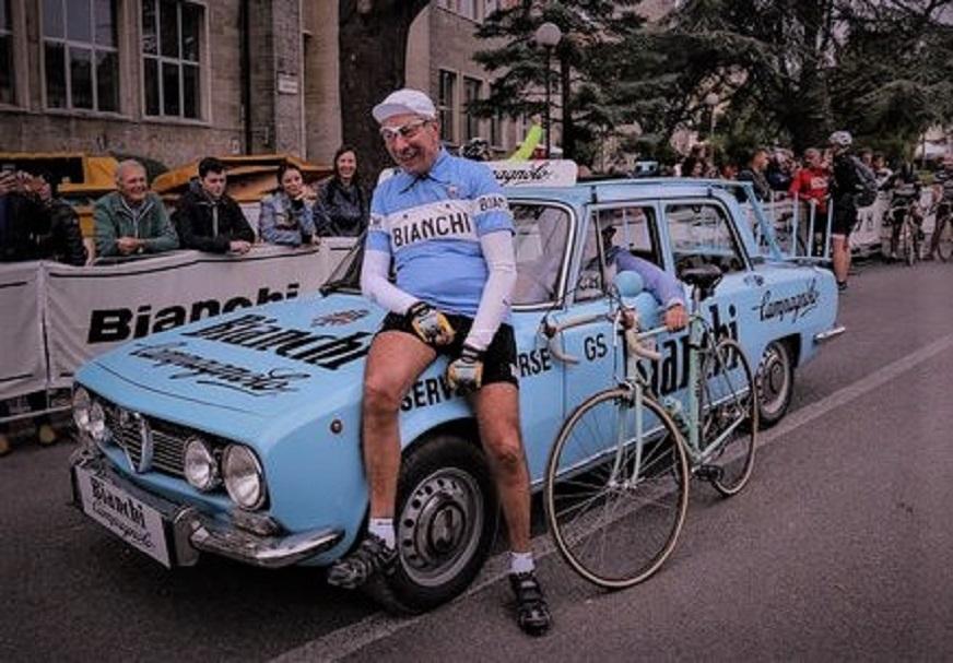 Le biciclette Bianchi L'auto di una squadra corse in una rievocazione.