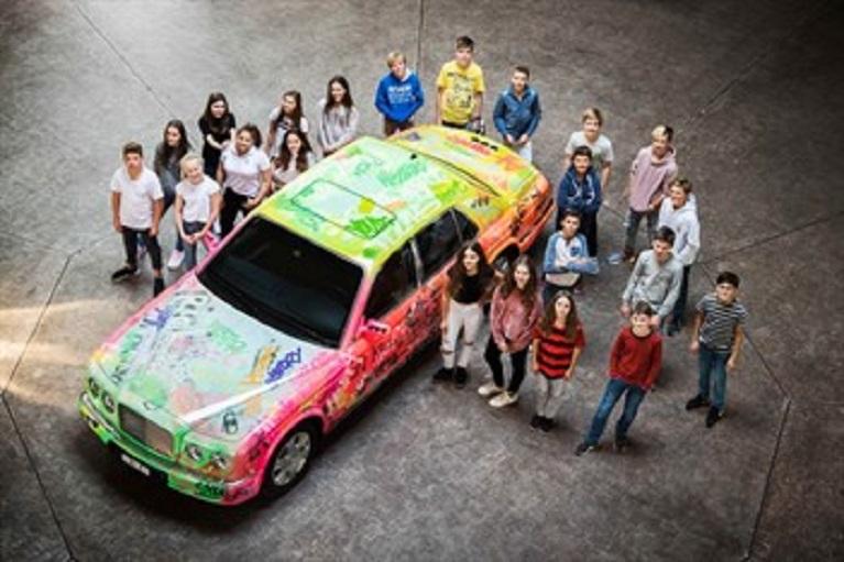 Auto e street art L'esclusiva limousine Bentley viene trasformata dai bambini