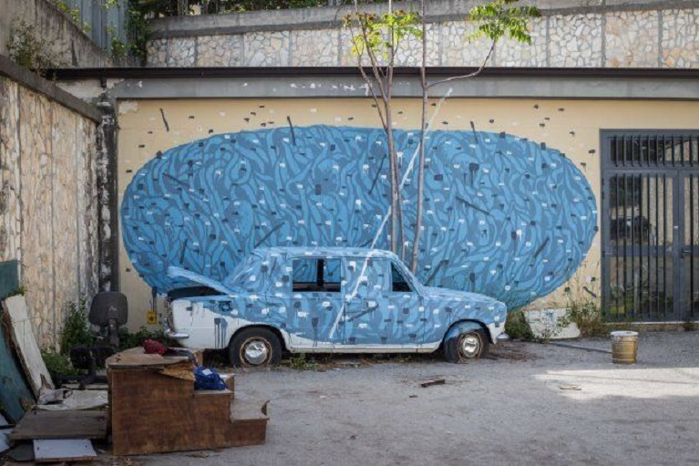 Auto e street art Street art astratta in Sardegna con i murales di Tellas.