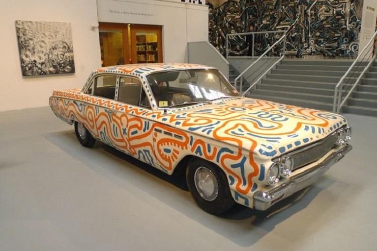 Auto e street art Keit Haring con una delle sue opere esposte al MOMA di New York.